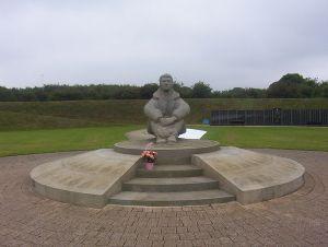 """Battle of Britain Memorial Pilot"" por Detraymond – Obra propia. Licenciado bajo CC BY-SA 3.0 vía Commons - https://commons.wikimedia.org/wiki/File:Battle_of_Britain_Memorial_Pilot.JPG#/media/File:Battle_of_Britain_Memorial_Pilot.JPG"